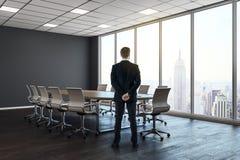 Homme dans le lieu de réunion moderne Photographie stock libre de droits