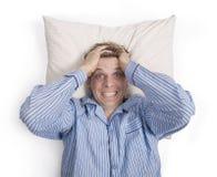 Homme dans le lit inquiété ou soumis à une contrainte Photos libres de droits