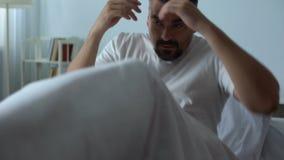 Homme dans le lit voyant des cauchemars tandis qu'endormi, ancien soldat rêvant de la guerre banque de vidéos