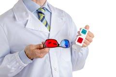 Homme dans le manteau de chercheur tenant des verres de papier du cinéma 3D Photo libre de droits
