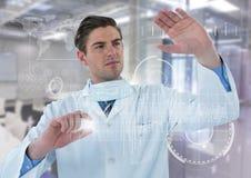Homme dans le manteau de laboratoire derrière le graphique blanc et fusée contre l'interface blanche et le laboratoire trouble photos stock
