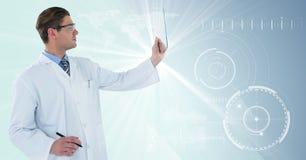Homme dans le manteau de laboratoire et lunettes avec le stylo retardant le dispositif en verre contre l'interface blanche avec l photos stock