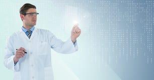 Homme dans le manteau de laboratoire et lunettes avec le stylo retardant le dispositif en verre sur le fond bleu avec le bina bla photographie stock libre de droits