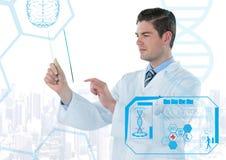 Homme dans le manteau de laboratoire retardant le dispositif en verre derrière l'interface médicale bleue contre l'horizon blanc images libres de droits