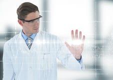 Homme dans le manteau et les lunettes de laboratoire avec le graphique blanc et fusée contre la pièce trouble image stock
