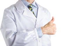 Homme dans le manteau médical faisant faire de l'auto-stop le geste Photographie stock libre de droits