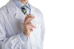 Homme dans le manteau médical tenant une ampoule de l'impression 3d et vraie Photos stock