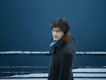 Homme dans le manteau, sur le fond de l'eau, jour, extérieur Photos libres de droits