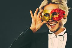 Homme dans le masque de carnaval avec le symbole d'amour de bâton de coeur Photos libres de droits