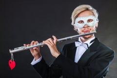 Homme dans le masque de carnaval jouant la cannelure Photos libres de droits