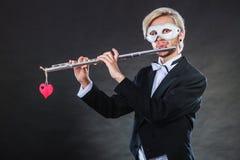 Homme dans le masque de carnaval jouant la cannelure Images libres de droits