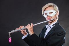 Homme dans le masque de carnaval jouant la cannelure Photo libre de droits