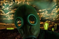 Homme dans le masque de gaz image libre de droits