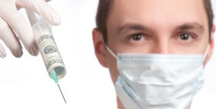 Homme dans le masque se dirigeant avec le plan rapproché de seringue d'argent Images stock