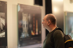 Homme dans le musée images stock