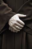 Homme dans le noir avec les mains croisées Images libres de droits