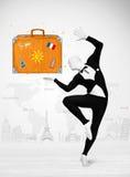 Homme dans le plein costume de corps présentant la valise de vacances Images stock