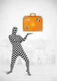 Homme dans le plein costume de corps présentant la valise de vacances Photographie stock libre de droits