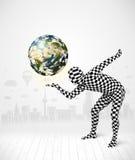Homme dans le plein costume de corps tenant la terre de planète Photo libre de droits