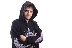 Homme dans le pull molletonné noir avec le fond de blanc de capot photographie stock libre de droits