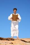 Homme dans le relevé de robe longue photos libres de droits