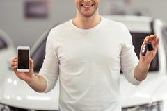 Homme dans le Salon de l'Automobile Image stock