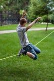 Homme dans le slackline Photo libre de droits