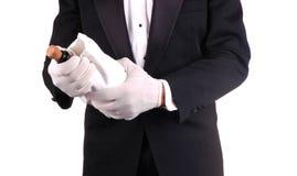 Homme dans le smoking avec la bouteille de Champagne Photographie stock libre de droits