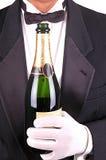 Homme dans le smoking avec la fin de bouteille de Champagne Image stock