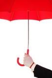 Homme dans le smoking avec le parapluie rouge photographie stock libre de droits