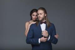 Homme dans le smoking faisant la proposition de mariage à son amie Photographie stock libre de droits