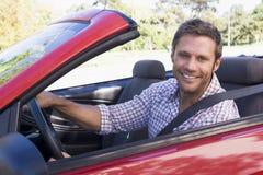 Homme dans le sourire convertible de véhicule photo libre de droits