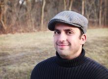 Homme dans le sourire de capuchon photos stock