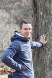 Homme dans le sourire de forêt d'automne image stock