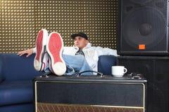 Homme dans le studio d'enregistrement Photo libre de droits