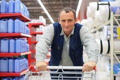 Homme dans le supermarché avec le caddie Photos stock