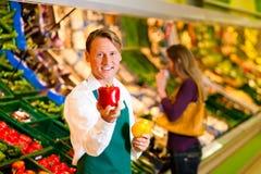 Homme dans le supermarché comme employé de magasin Photos stock