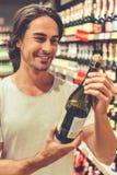 Homme dans le supermarché Photos stock