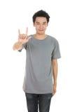 Homme dans le T-shirt avec le signe de main je t'aime Photos libres de droits