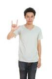 Homme dans le T-shirt avec le signe de main je t'aime Image libre de droits