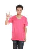 Homme dans le T-shirt avec le signe de main je t'aime Photographie stock libre de droits