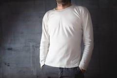 Homme dans le T-shirt blanc vide Photographie stock libre de droits