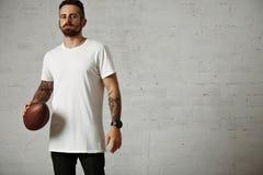Homme dans le T-shirt blanc vide avec un football de vintage image libre de droits