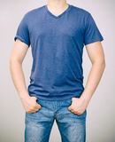 Homme dans le T-shirt bleu image libre de droits