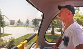 Homme dans le touristique d'autobus images stock