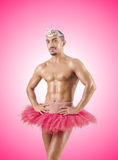 Homme dans le tutu de ballet contre le gradient Photo stock