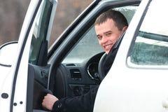 Homme dans le véhicule photographie stock libre de droits