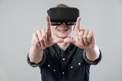 Homme dans le virtual reality image stock