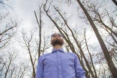 Homme dans les bois photographie stock libre de droits