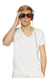 Homme dans les glaces 3D et des écouteurs Photographie stock libre de droits